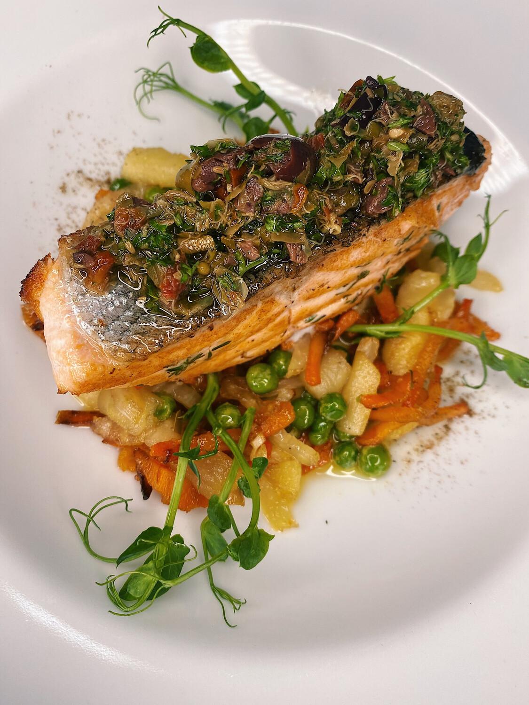 Філе лосося на подушці з кармелізованих овочів   320 г