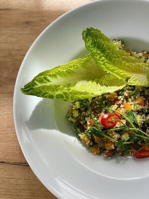 Табуле з сезонних овочів з кускус і зеленню.  Заправляємо оливковою олією, цедрою і соком лайма