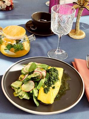 Омлет/ скрембл з бринзою і зеленим салатом