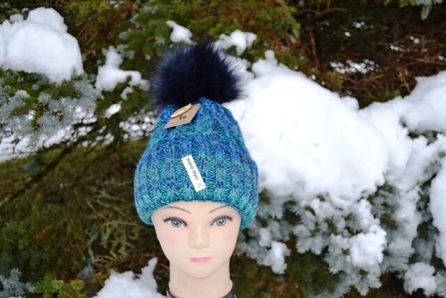 Woll-Mütze mit Fellbommel (Webpelz) mit Alpakawolle, blau grün meliert