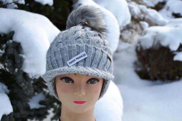 Woll-Mütze mit Schild und Fellbommel (Webpelz) mit Alpakawolle, hellgrau