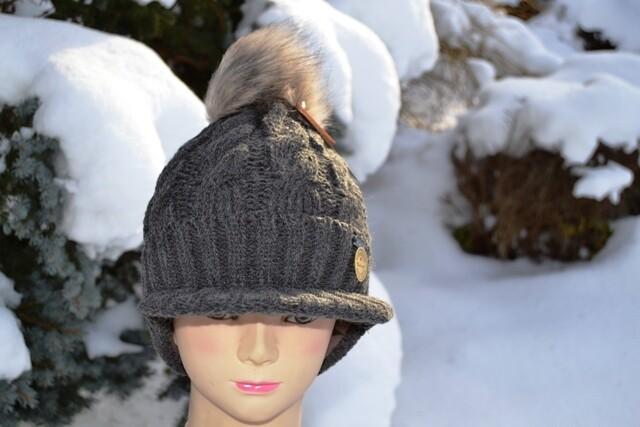 Woll-Mütze mit Schild und Fellbommel (Webpelz) mit Alpakawolle, dunkelbraun