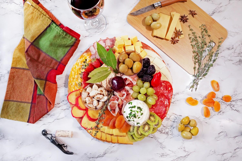 TABLA MADURADOS Y AHUMADOS # 3 (3 carnes, 3 quesos, queso holandés en cuñas y aceitunas verde gordal, ajos españoles encurtidos,albaricoques, queso crema y galletas de untar)(Precio por persona)