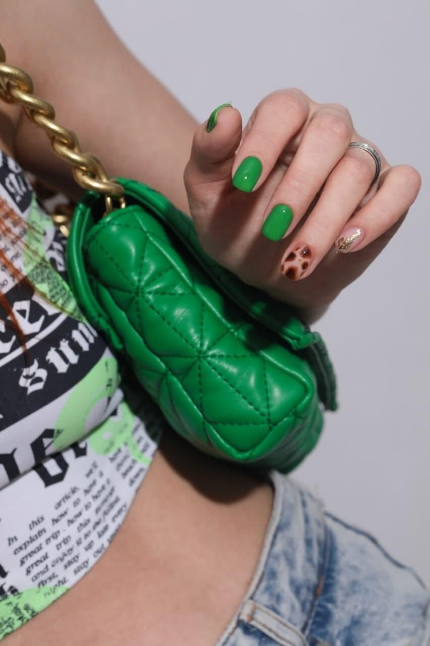 Zielony granit manicure