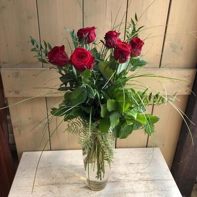 Strauß mit langstieligen roten Rosen und Grün