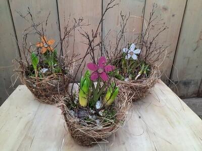Frühlingsheukorb