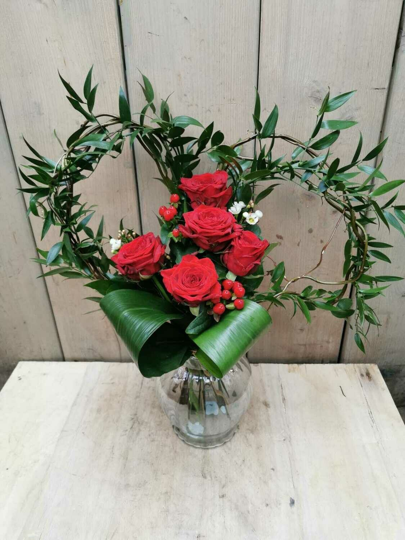 Herzblatt mit roten Rosen