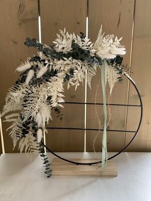 Loop mit getrockneten Blumen und Seidenblumen
