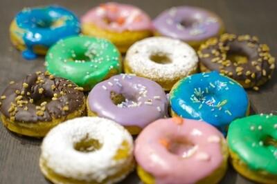Bunte Snacks in Donut-Form