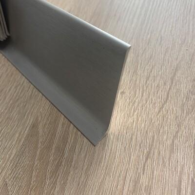 Plinthes à patte en aluminium éloxé