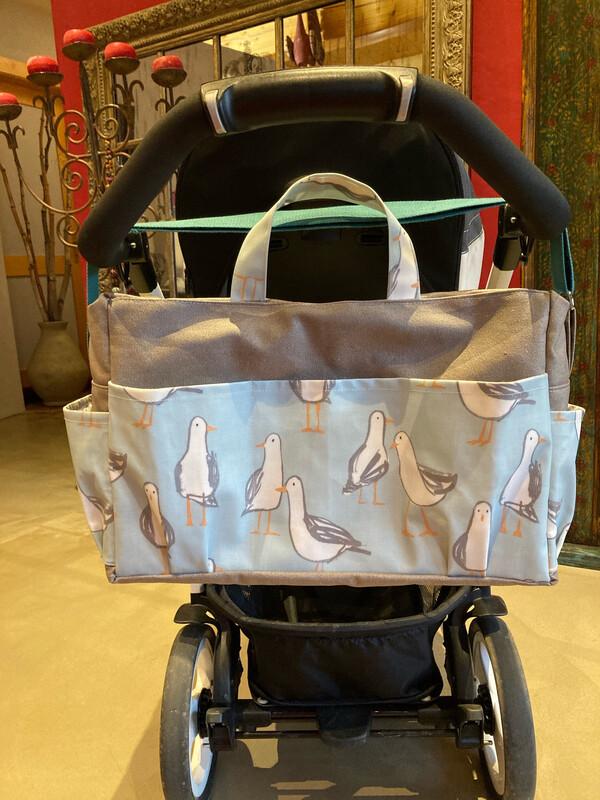Sac poussette maman bébé équipé de grandes poches extérieures et intérieures. Sangles réglables et zips solides. Tissus enduits imperméables. Peut-être réalisé sur commande avec vos couleur préférées.
