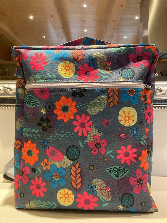 Valise en tissus enduit, les dimensions sont celles autorisées dans les avions en bagages à main. Tissus très solide ainsi que les zips et les sangles réglables. Trois très  grandes poches extér