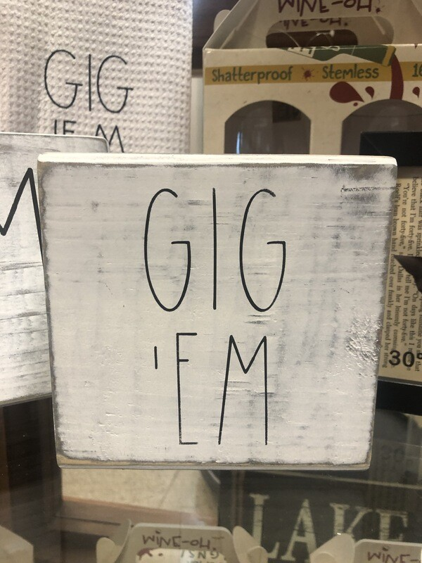 """Gig'Em"" Shelf Sitter"