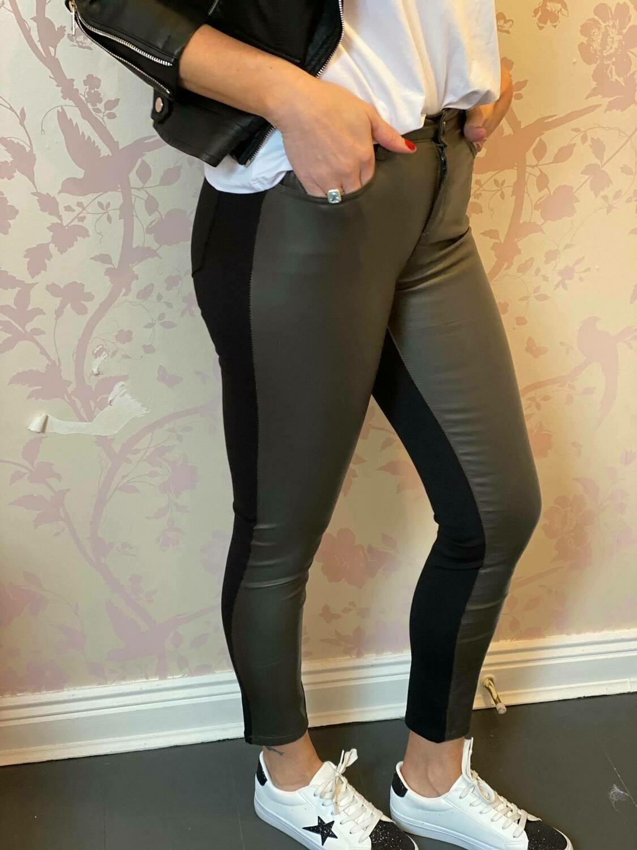 'Magic Jeans' in Khaki & Black
