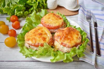 Биточек мясной, запечённый с помидорами и сыром