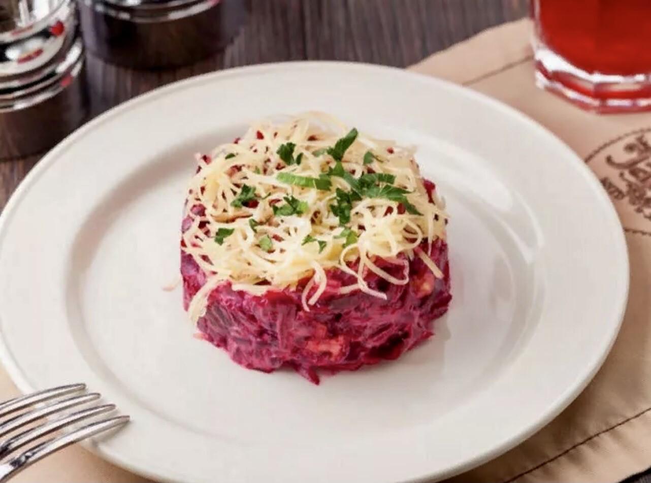 Салат свекольный с сыром и чесноком