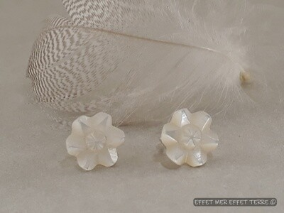 Boucle d'oreille fleurs de nacre