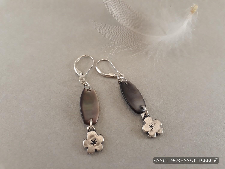 Boucles d'oreille  nacre et fleurs argentées