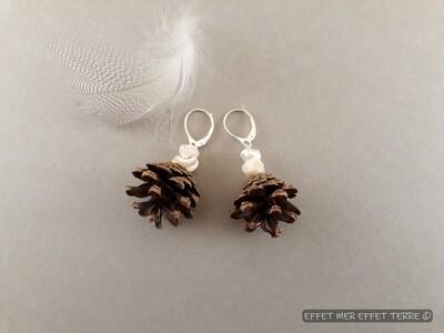 Boucles d'oreille pommes de pin et perles de nacre