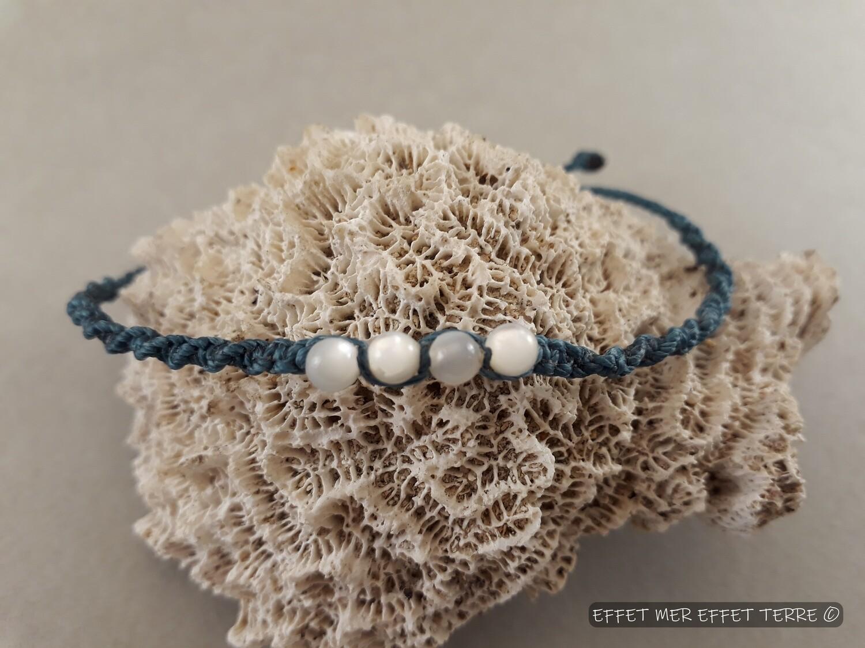 Bracelet macramé bleu et 4 perles en nacre blanche