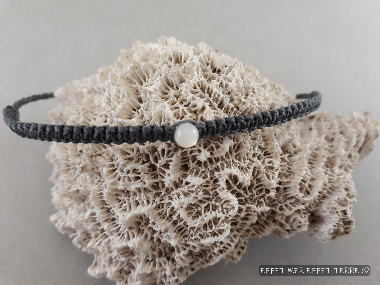 Bracelet macramé gris foncé et une perle nacre blanche