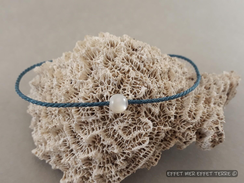 Bracelet macramé bleu et une perle nacre blanche