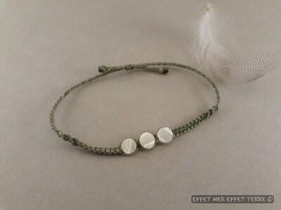 Bracelet macramé vert olive et 3 perles plates nacre
