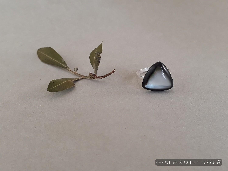 Bague triangle nacre grise