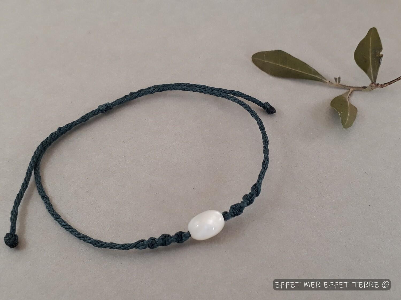 Bracelet macramé bleu olive nacre blanche