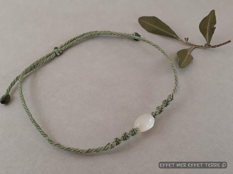 Bracelet macramé vert olive et nacre blanche