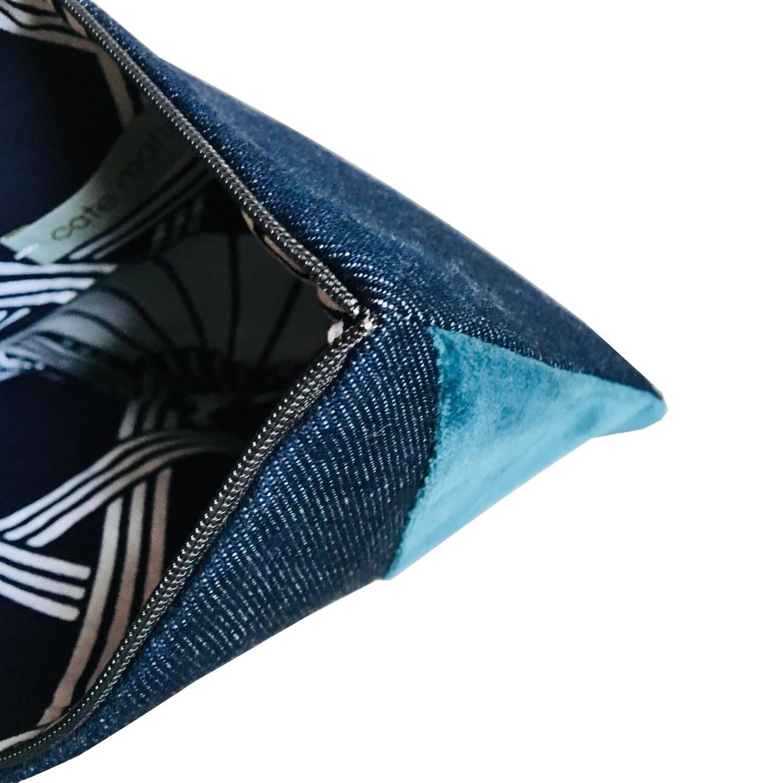 Estuche hecho a mano con un denim  con intarsia en una esquina de teciopelo color turquesa y tela color violeta  , color , forro de algodón estampado japonés.