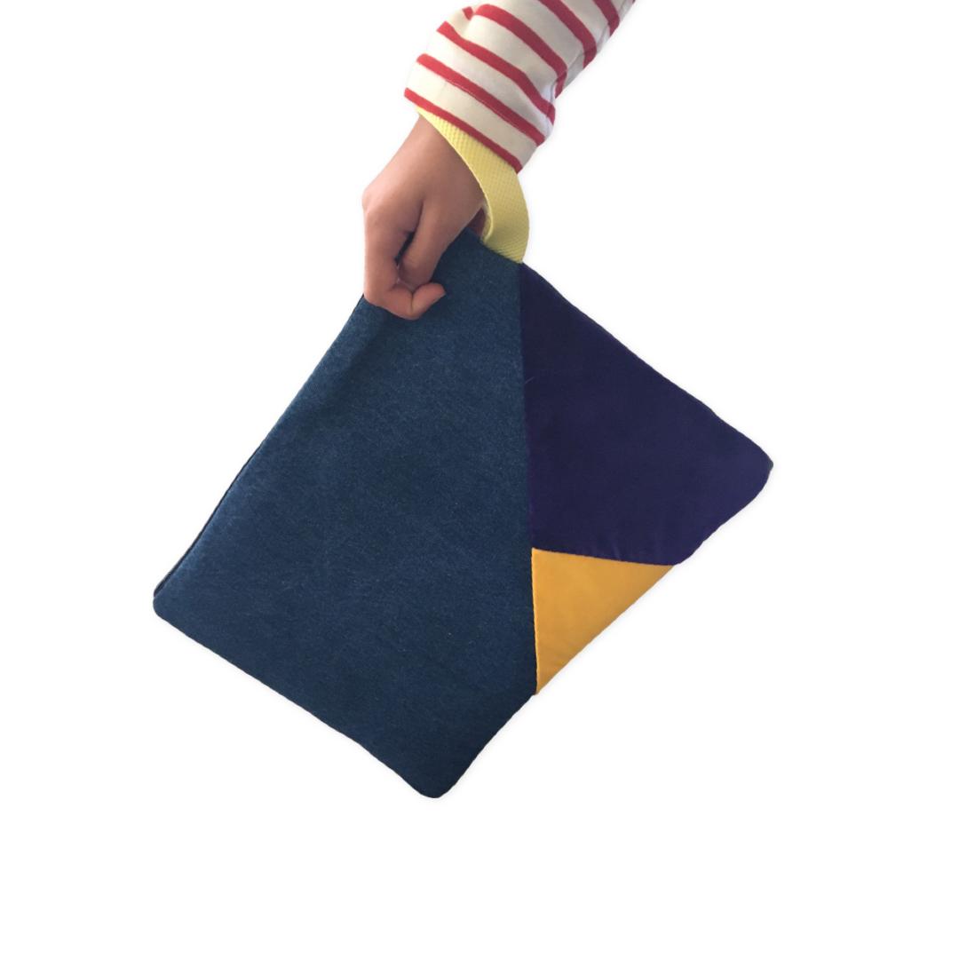 Funda para Mac Air Pro 13 pulgadas o Bolso de mano hecho a mano con un denim con intarsia en una esquina de teciopelo color viola y tela amarillo , forro de algodón estampado.