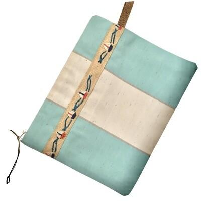 Estuche hecho a mano de loneta impermeable de rayas,  forro en loneta lisa, detalles de cuerda.