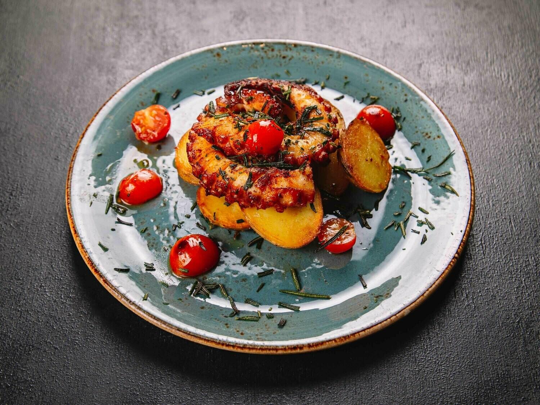 Осьминог с обжаренным картофелем