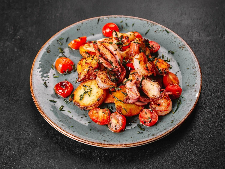 Жаренные морепродукты, с картофелем, чесноком и травами
