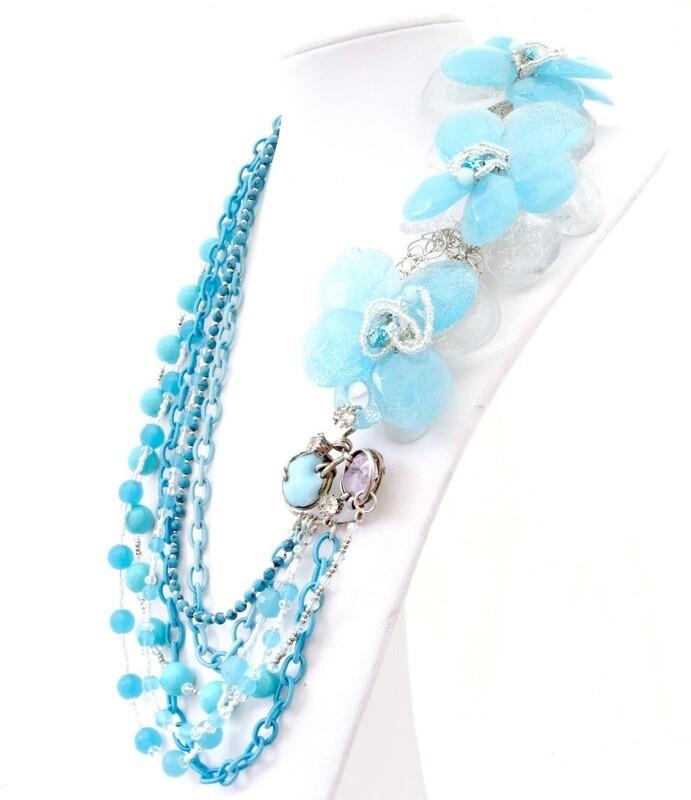 Collier haute couture, anémone bleu ciel