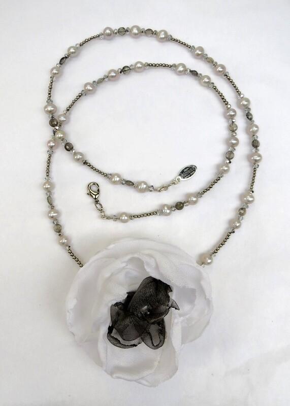 Sautoir Perles de Culture et Fleur Textile