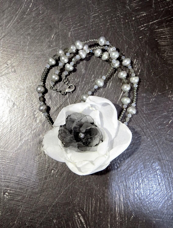 """Sautoir Perles de culture et Fleur Textile """"La Dame aux Camélias"""""""