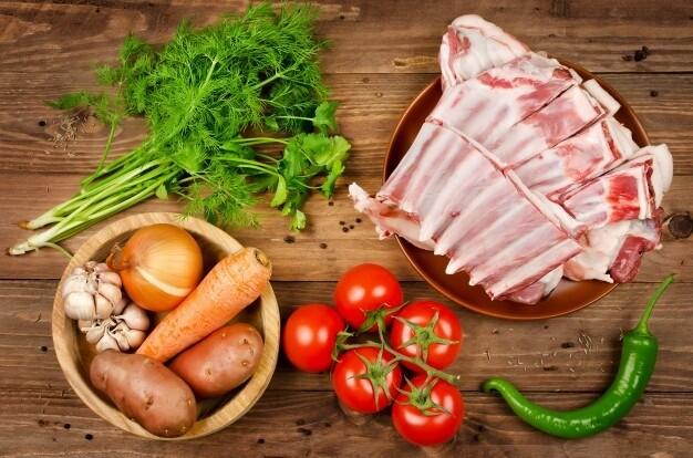 Бараньи ребрышки с молодым картофелем и овощами. Полуфабрикат для запекания.