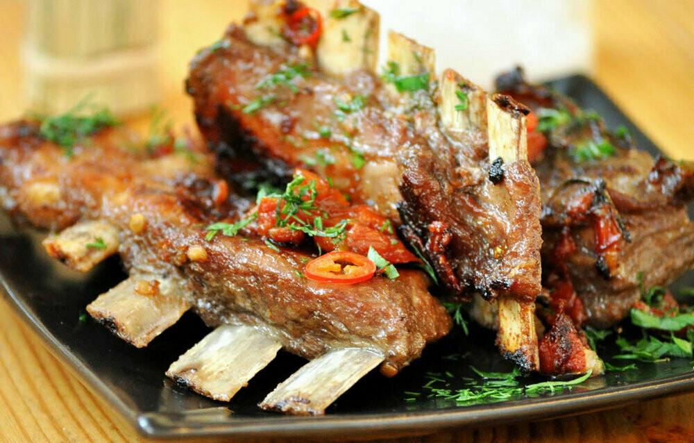 Бараньи ребрышки с молодым картофелем и овощами. Полностью готовое блюдо.