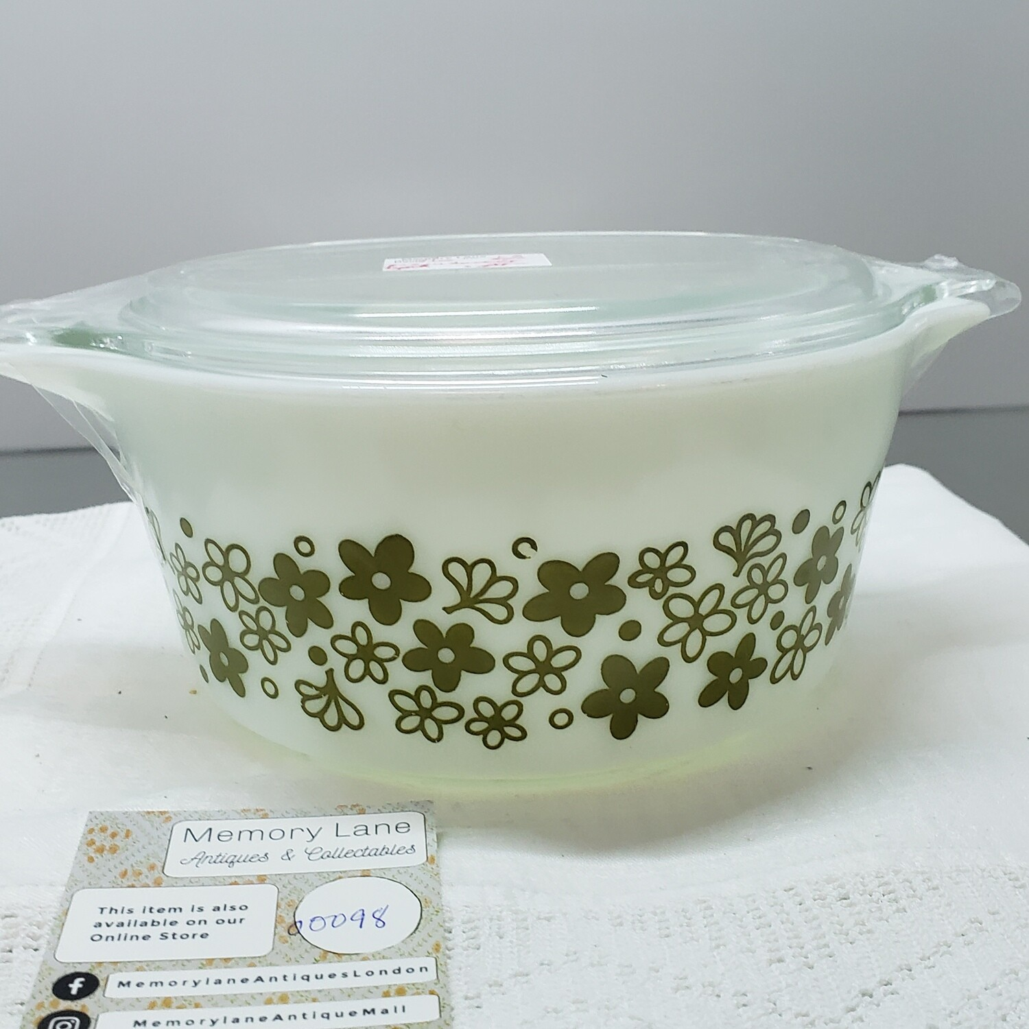Round White with Green Flowers Pyrex Casserole dish with  clear lid