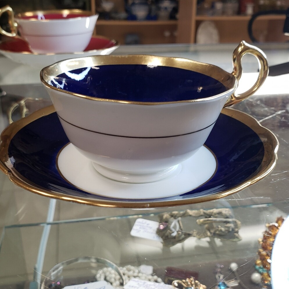Royal Albert - 2 teacup and 2 saucer set bergundy - royal blue with gold trim - Floral Cup  & Saucer - Booth B43