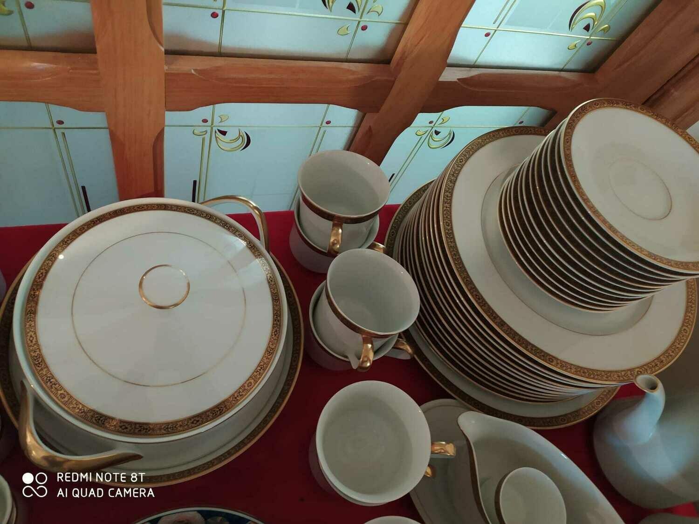 Servizio di piatti ,tazzine e teiere in porcellana