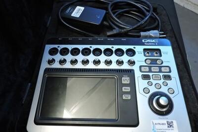 QSC TOUCHMIX-8 Console Numérique 8 Entrées et 4 Sorties avec PSU et Valise de Transport (usagé)