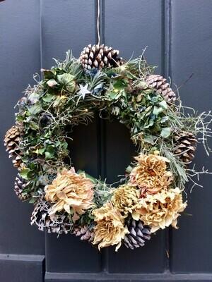 Haltbarer Tür/Wandkranz mit Trockenblumen (Dahlien und Hortensien), Eukalyptus, Stacheldraht, geweißten Zapfen und Lichterkette
