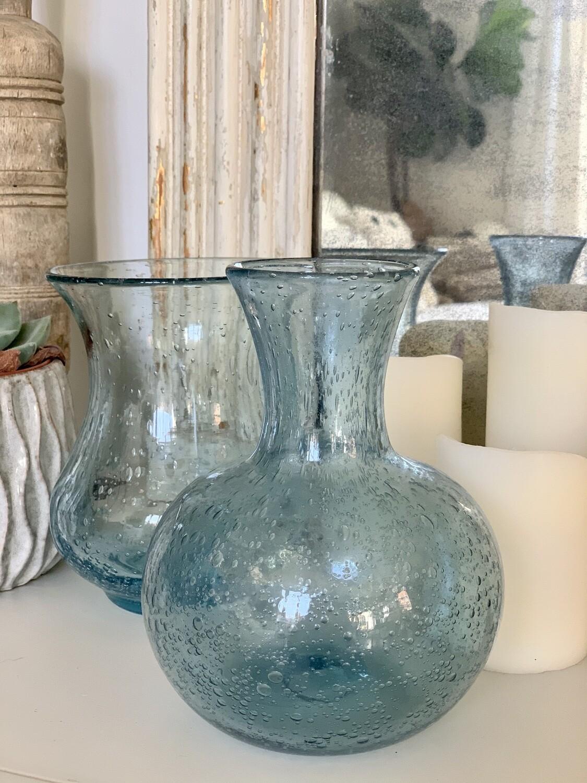 Lot 3 : duo de vases en verre bullé bleu clair, signés