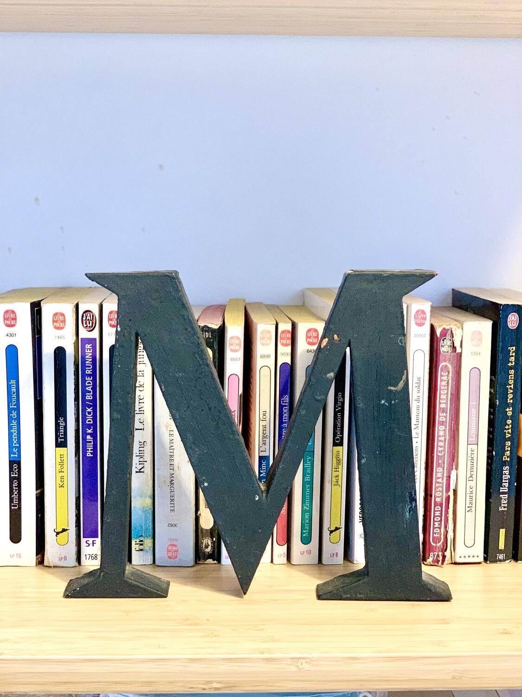 """Lettre publicitaire en métal """"M"""""""