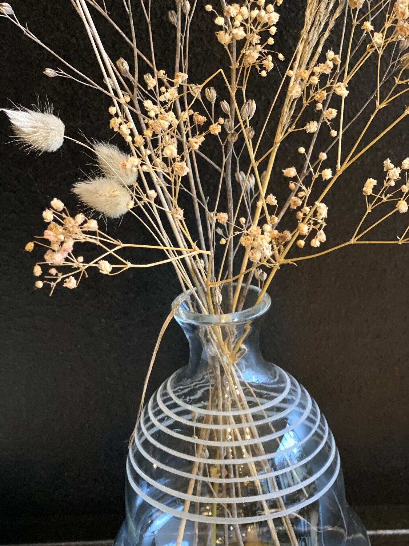 Vase rayures vintage et bouquet de fleurs séchées