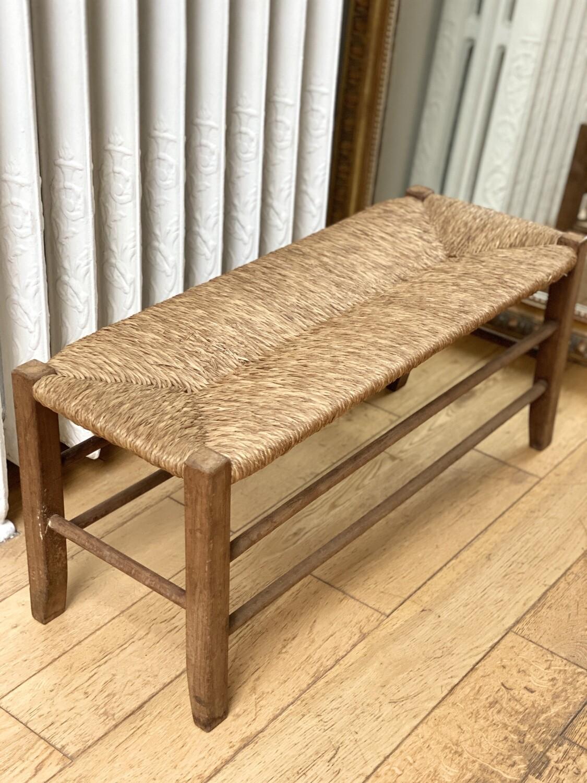 Petit banc ancien en bois empaillé