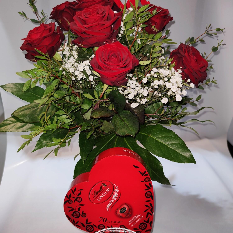 Strauss mit 7 langstielige rote Rosen und Schokolade